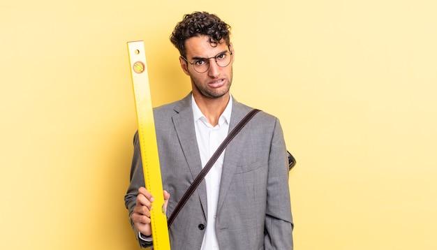 Hiszpanie przystojny mężczyzna czuje się zakłopotany i zdezorientowany. koncepcja architekta