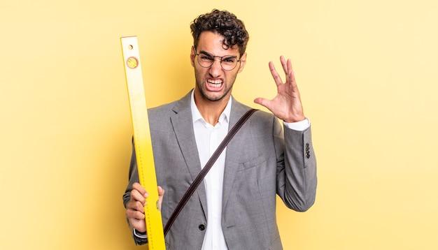 Hiszpanie przystojny mężczyzna krzyczy z rękami w powietrzu. koncepcja architekta