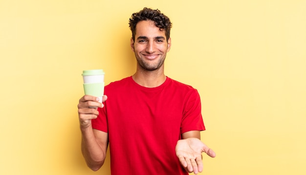 Hiszpanie przystojny mężczyzna uśmiechający się szczęśliwie z przyjaznym i oferującym i pokazującym koncepcję. koncepcja kawy na wynos