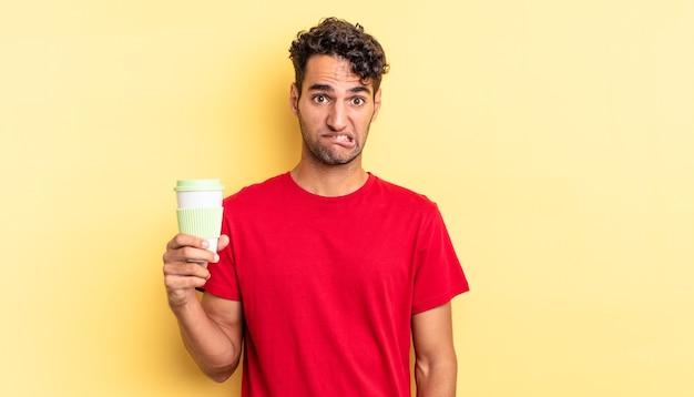 Hiszpanie przystojny mężczyzna wyglądający na zdziwionego i zdezorientowanego. koncepcja kawy na wynos