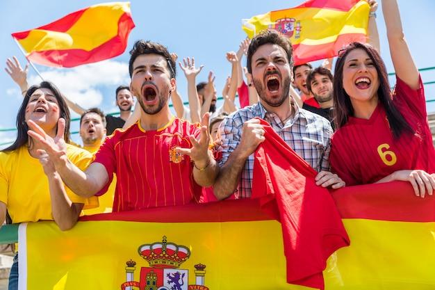Hiszpańscy kibice dopingujący na stadionie flagami
