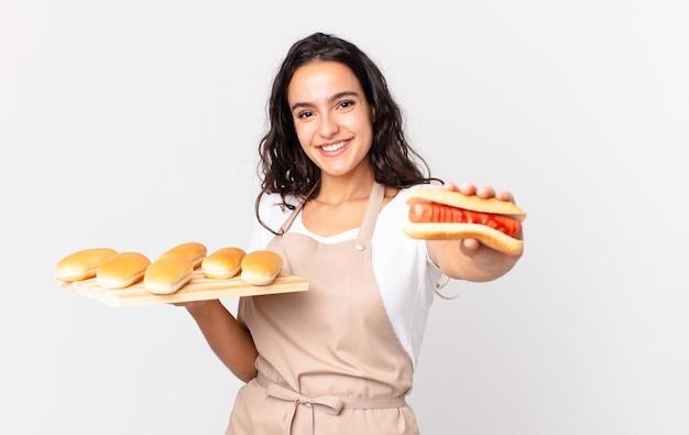 Hiszpańska ładna kucharz kobieta trzymająca bułki troy