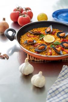 Hiszpańska paella na patelni na stole