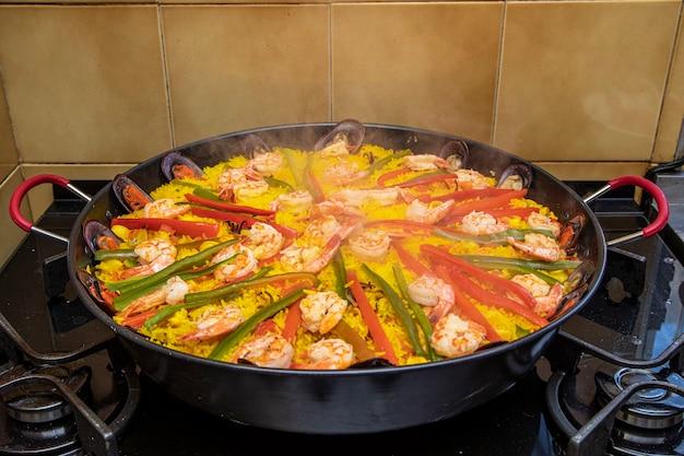 Hiszpańska paella z owocami morza z małżami.