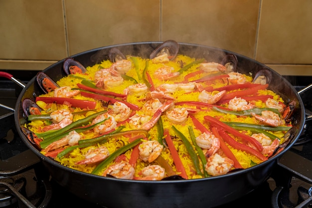 Hiszpańska paella z owocami morza z małżami