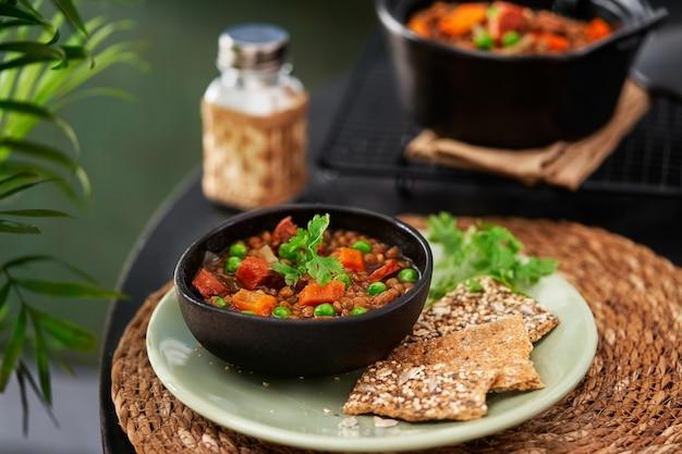 Hiszpańska pardina lentil and chorizo stew z warzywami