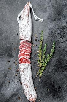 Hiszpańska sucha kiełbasa salami fuet. widok z góry.