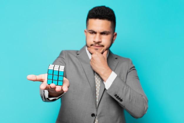 Hiszpanski biznesmen myślący ekspresja z wyzwaniem gry wywiadowczej