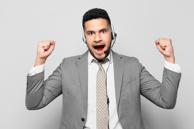 Hiszpański biznesmen świętujący sukces koncepcji telemarketera zwycięstwa