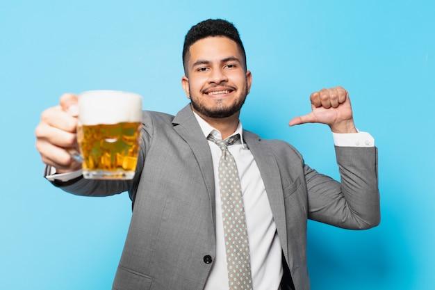 Hiszpanski biznesmen szczęśliwy wyraz twarzy i trzymający piwo