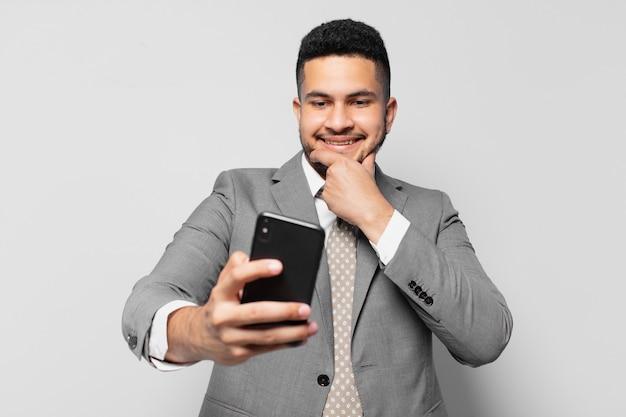 Hiszpanski biznesmen szczęśliwy wyraz twarzy i trzymający telefon