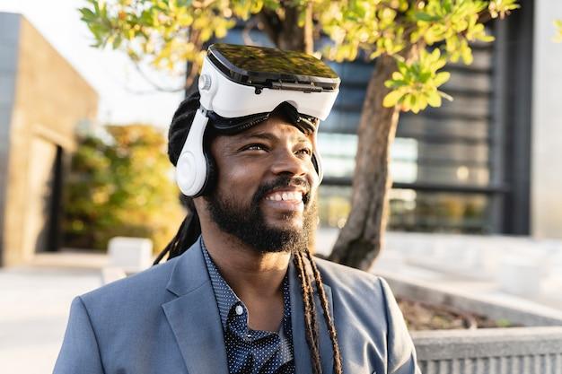 Hiszpanski biznesmen w okularach wirtualnej rzeczywistości w dzielnicy finansowej