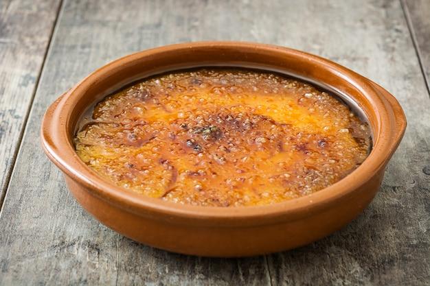 Hiszpański deser. crema catalana na drewnianym stole