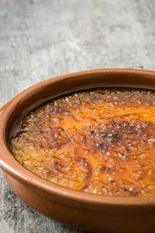 Hiszpański deserowy crema catalana na drewnianym stole