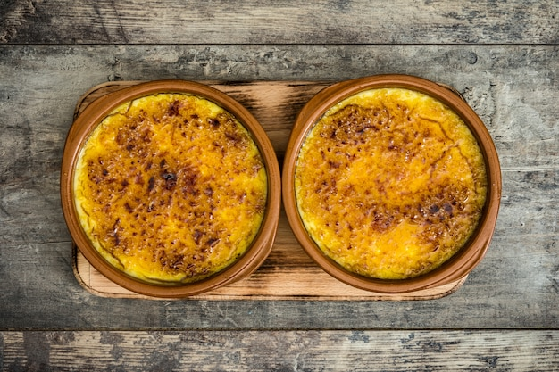 Hiszpański deserowy crema catalana na drewnianym stołowym odgórnym widoku