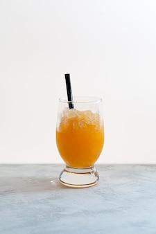 Hiszpański granizado kruszony lód pomarańczowy z sokiem pomarańczowym lub napojem syropowym