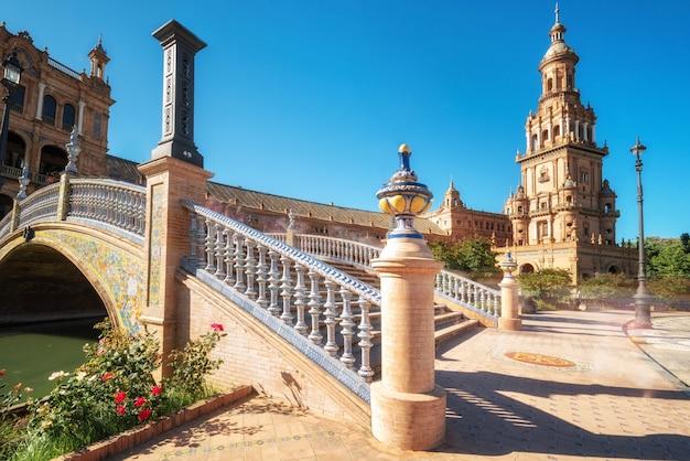 Hiszpański kwadrat plac de espana w sevilla w pięknym letnim dniu, hiszpania.