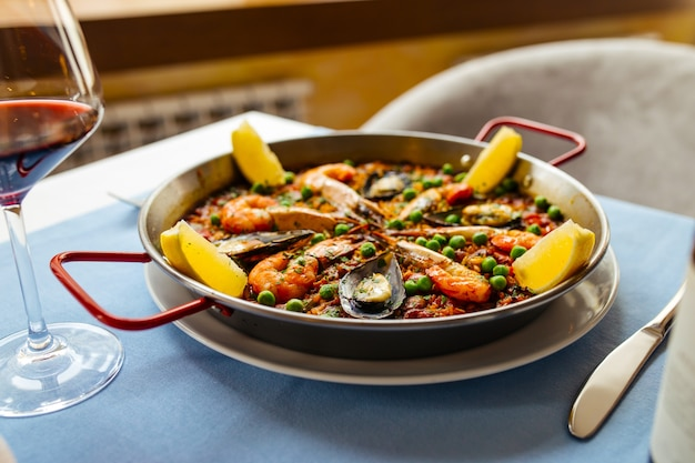 Hiszpański narodowy danie z ryżu paella z owocami morza na patelni