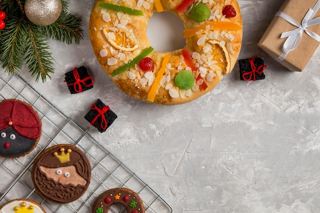 Hiszpańskie ciasto z epifanii roscon de reyes copy space