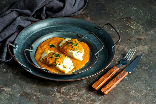 Hiszpańskie jedzenie. bacalao a la vizcaina, baskijski styl dorsza
