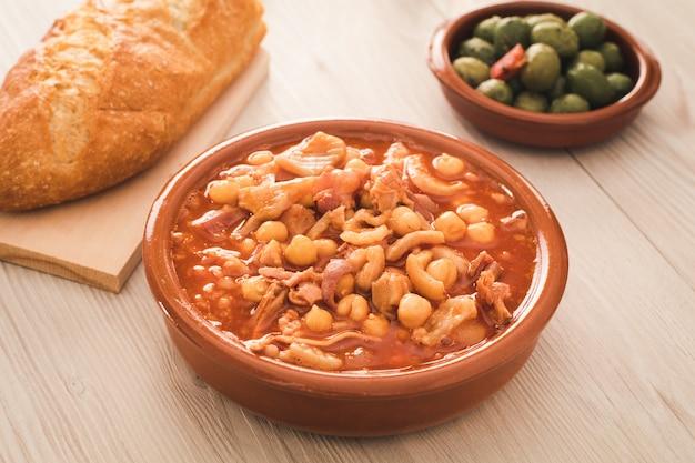 Hiszpańskie kalusy, typowy gulasz z flaczki wieprzowej lub wołowej