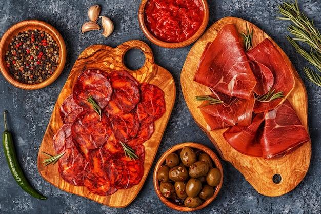 Hiszpańskie tapas z chorizo, jamon, stół piknikowy