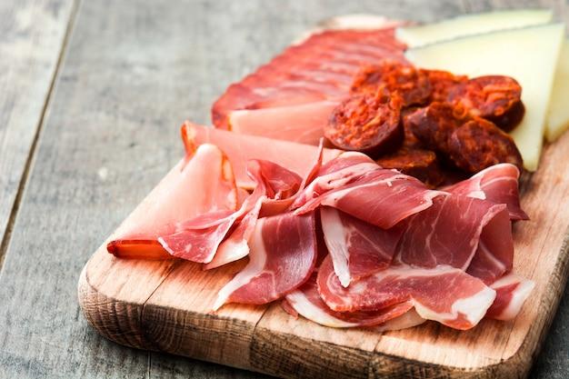 Hiszpańskie wędliny ser, kiełbasa i szynka na drewnianym stole