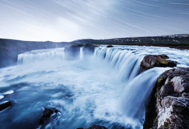 Hodafoss bardzo piękny islandzki wodospad. znajduje się na północy, w pobliżu jeziora myvatn i obwodnicy. fantastyczne gwiaździste niebo z ruchomymi gwiazdami