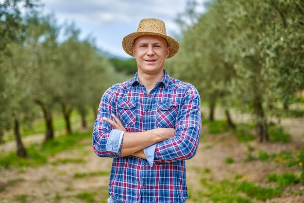 Hodowca oliwek pracujący w gaju oliwnym.