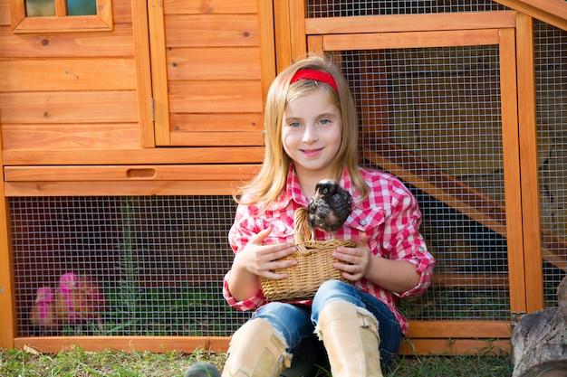 Hodowla kur niosek dziewczyna rancza rolnik z kurcząt w kurniku