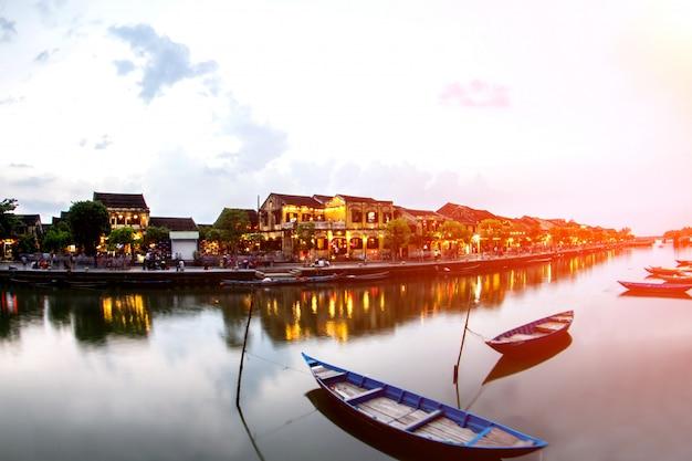 Hoi stare miasto piękna kolorowa noc w wietnamie