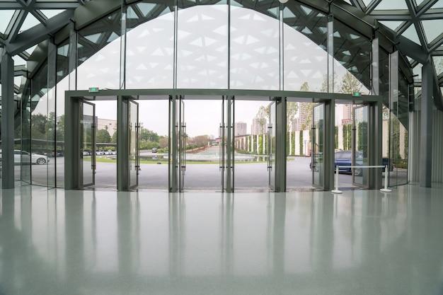 Hol wejściowy do hali wystawienniczej i szklane okna