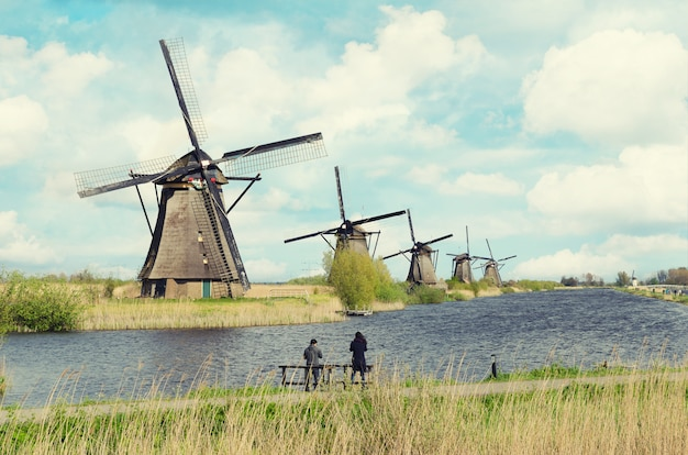 Holandia tradycyjny wiatraczek krajobraz przy kinderdijk blisko rotterdam w holandiach.