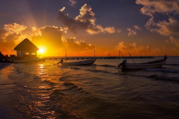 Holbox wyspa molo chaty zmierzchu plaża w meksyk