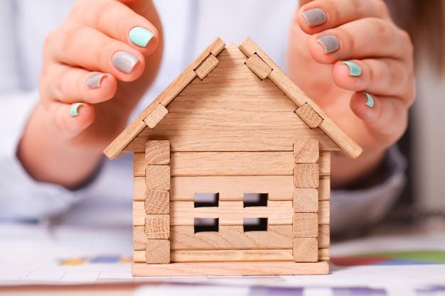 Holding house reprezentujący własność domu i biznes nieruchomości