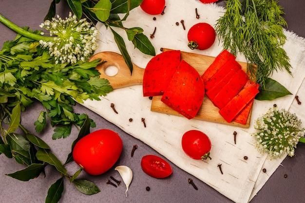 Holenderski czerwony ser gouda na modnym czarnym kamieniu betonowym tle