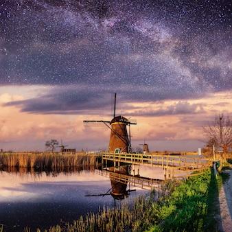 Holenderski młyn nocą.