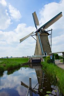 Holenderski wiatrak w kinderdijk, wpisany na listę światowego dziedzictwa unesco, holandia