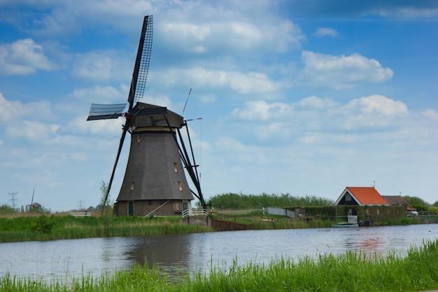 Holenderskie wiatraki na brzegu rzeki, kinderdijk, holandia