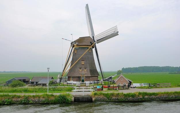 Holenderskie wiatraki w kinderdijk, słynnej wiosce w holandii, gdzie można odwiedzić stare tradycyjne wiatraki