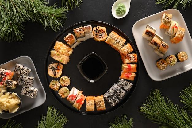 Holiday christmas brunch sushi jako wieniec na czarnym tle.
