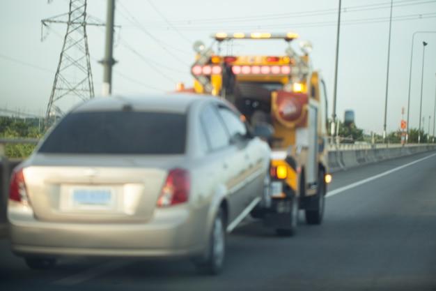Holowanie przyczepy na autostradzie.
