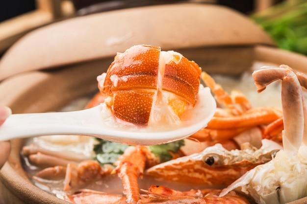 Homar congee z owocami morza w zapiekance