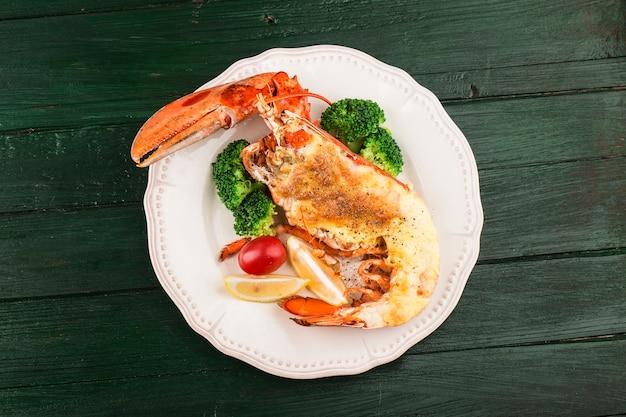 Homar thermidor grillowany homar nadziewany śmietaną i serem podawany z cytryną