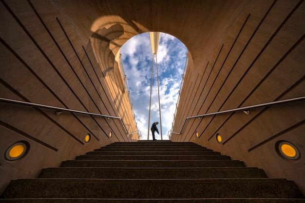 Hombre en la salida del tunel