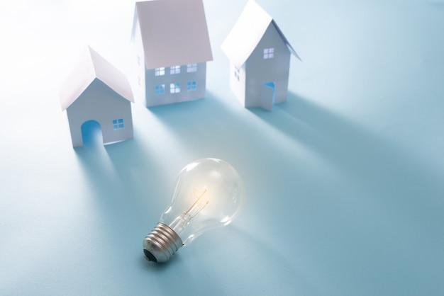 Home energy z żarówką na niebieskim tle