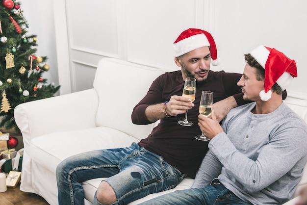 Homoseksualna męska para świętuje chritsmas w domu