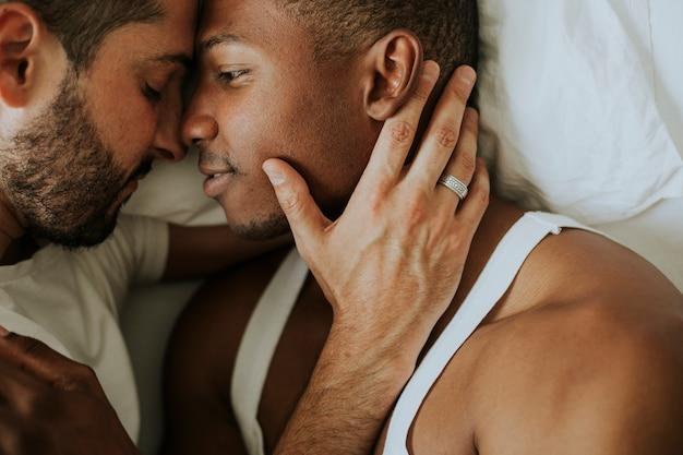 Homoseksualna para cuddling w łóżku