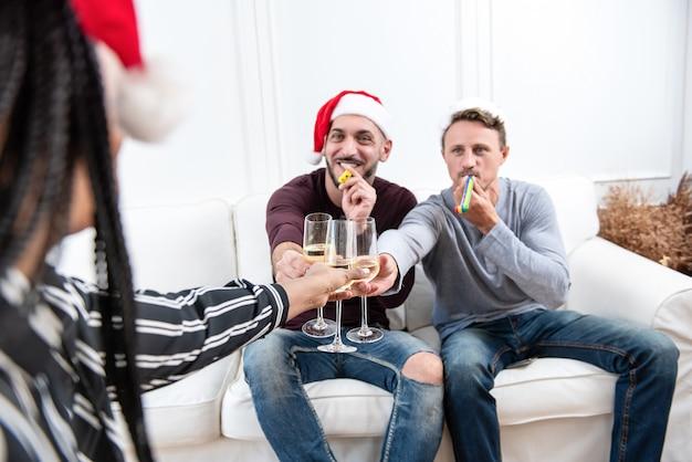Homoseksualna para świętuje boże narodzenia w domu z przyjaciółmi
