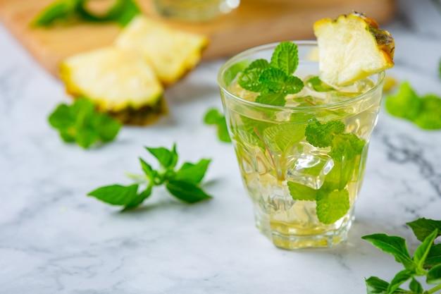 Honey lemon ginger juice produkty spożywcze i napoje z ekstraktu z imbiru pojęcie odżywiania żywności.
